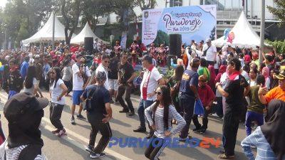 Para pengunjung CFD larut dalam Flashmob Dolalak saat Purworejo Fair 2019(28/7/2019)